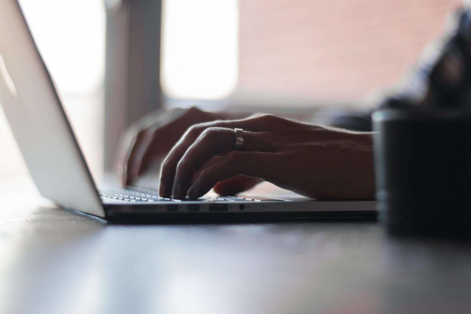 Hombre trabajando en su portátil - Desarketing.com